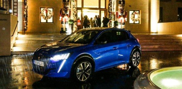 Το νέο Peugeot 208 στο βροχερό σκηνικό του στολισμένο, λόγω Χριστουγέννων, Domotel Kastri Hotel.